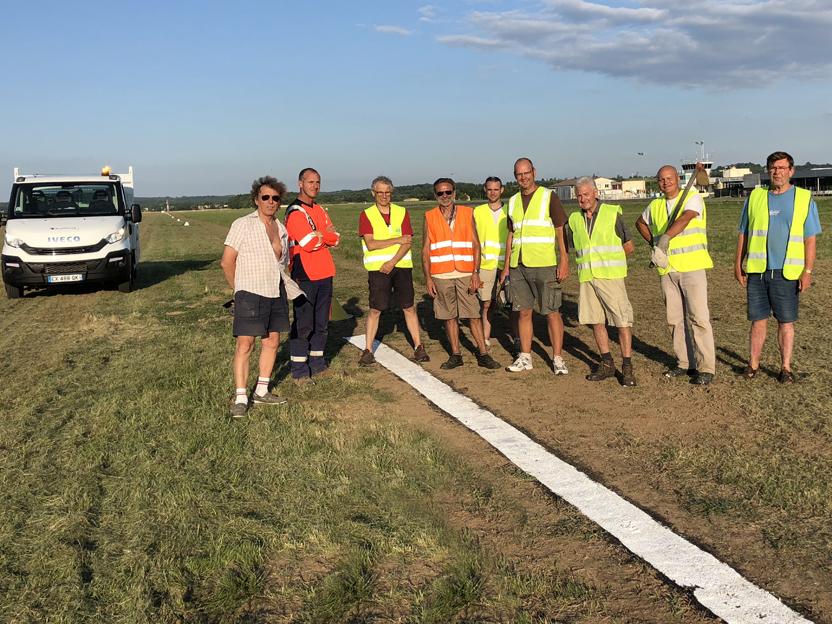 L'équipe sur la nouvelle piste en herbe